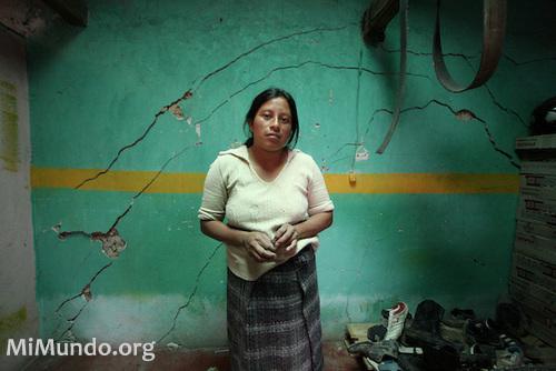 San Marcos, Guatemala, 2008 : une femme montre les fissures qui apparaissent dans sa demeure après les explosions de la Mine Marlin de Goldcorp qui opère l'extraction à proximité. CRÉDITS : James Rodriguez, mimundo.org